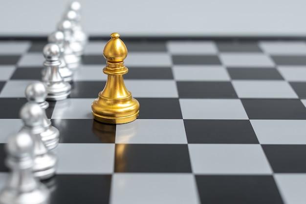 Pezzi degli scacchi d'oro