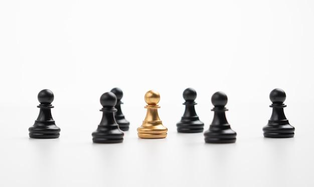 Pedone degli scacchi d'oro in piedi con la squadra per mostrare influenza e potere.