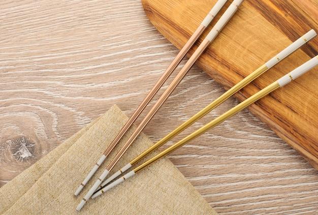 Bacchette d'oro su fondo di legno marrone