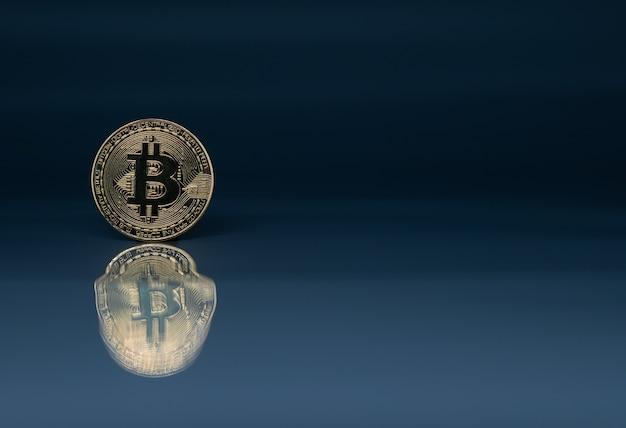 Moneta d'oro di bitcoin su blu riflettente con la riflessione e lo spazio della copia