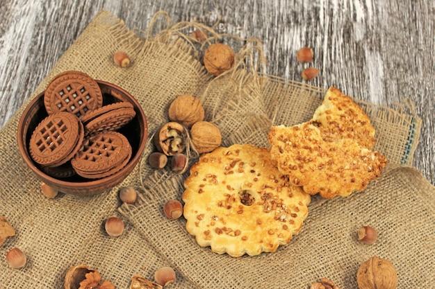 Biscotti e noci dorati sul sacco di tela da imballaggio