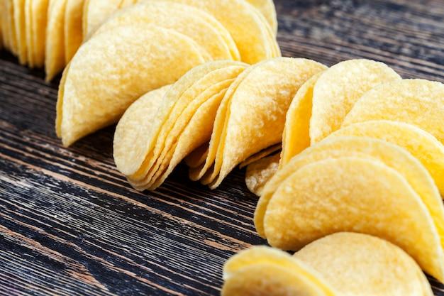 Patatine dorate, croccanti e deliziose, da vicino, patatine fatte con purè di patate