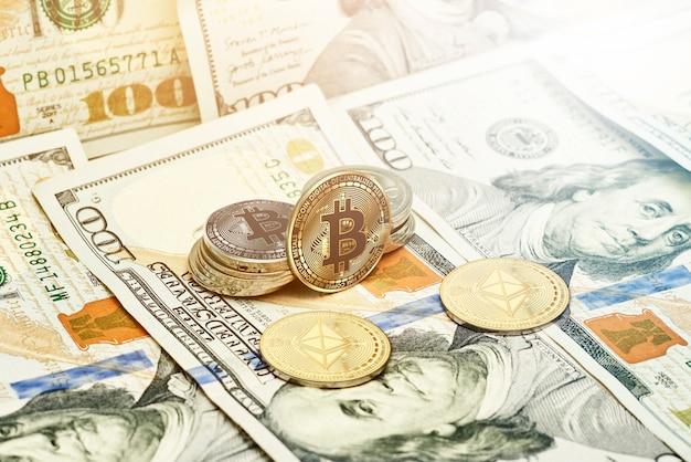 Monete crittografiche dorate e mucchio di monete ethereum in dollari americani su banconote in dollari americani