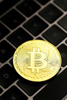 Moneta dorata di criptovaluta sulla tastiera del computer. idea per nuovo tipo di denaro nell'economia del mondo degli affari.