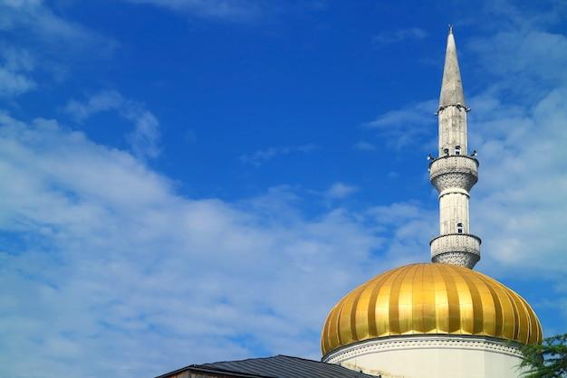 Cupola dorata e minareto ornato della moschea batumi contro il vibrante cielo blu, batumi, adjara, georgia