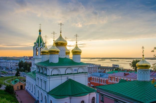 Cupole dorate della chiesa della natività di giovanni battista a nizhny novgorod