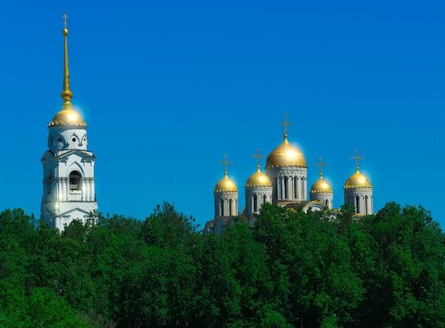 Cupole dorate dello sfondo della chiesa ortodossa