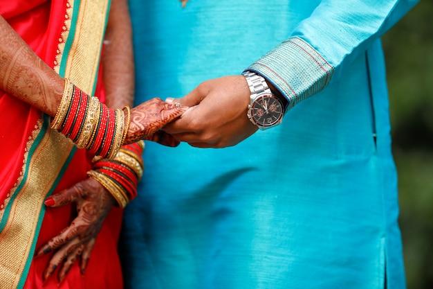 Anello di fidanzamento d'oro in mano di coppia
