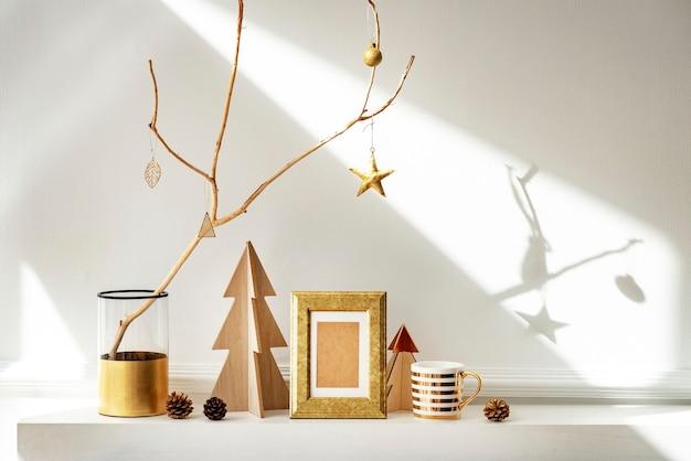 Cornice dorata circondata da ornamenti natalizi