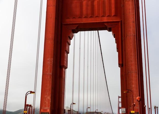 Primo piano dell'arco del golden gate bridge
