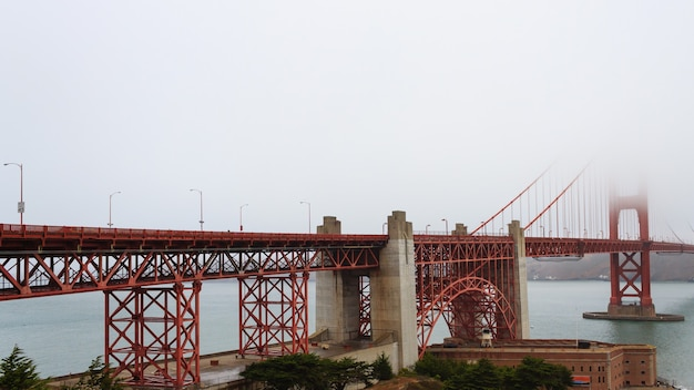 Golden gate bridge con nebbia. panorama da san francisco, california.