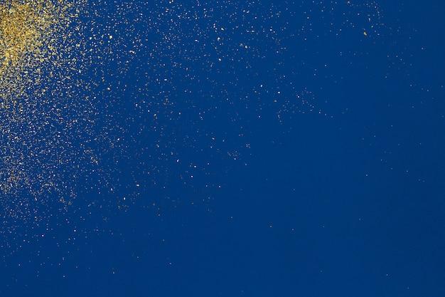 Estratto granuloso dorato su sfondo blu. blu classico. sfondo festivo
