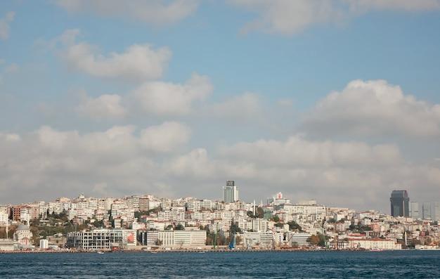 Corno d'oro, la città di istanbul in lontananza sullo sfondo di un cielo azzurro con nuvole bianche. navi passeggeri che navigano nella baia del bosforo. tacchino