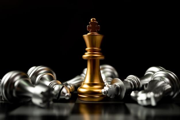 Gli scacchi golden king sono gli ultimi in piedi nella scacchiera