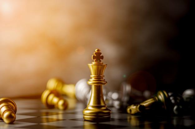 Il re degli scacchi in piedi d'oro sconfigge i nemici.