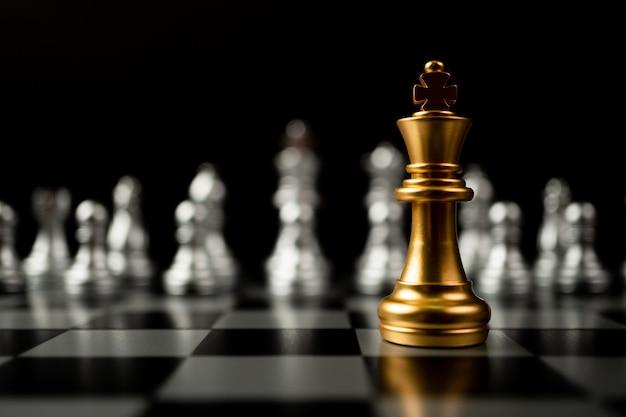 Scacchi golden king in piedi davanti ad altri scacchi