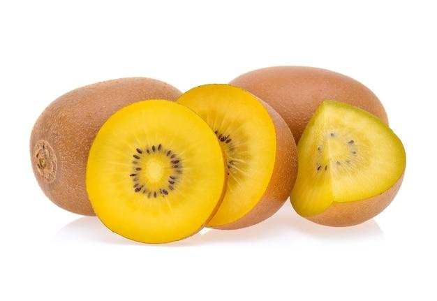 Kiwi dorato isolato su sfondo bianco