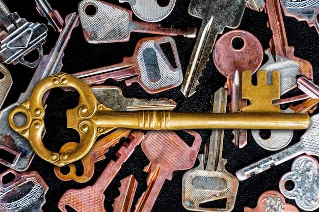 Chiave maestra dorata al centro dell'immagine. con motivo molti tasti sul pavimento nero