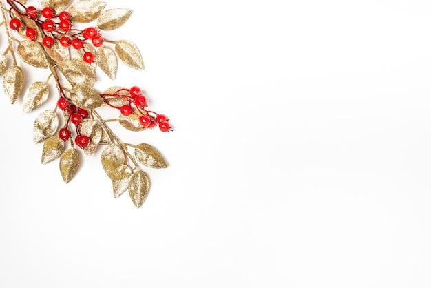 Foglia di vischio dorato isolato su bianco con lo spazio della copia