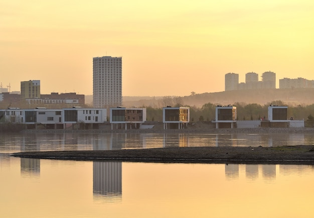 Mattinata dorata sulle rive dell'ob Foto Premium