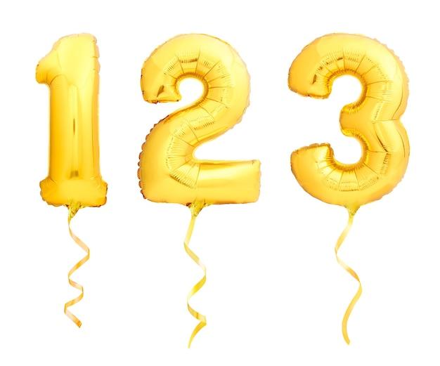 Numeri dorati 1, 2, 3 fatti di palloncini gonfiabili con nastri dorati isolati su sfondo bianco