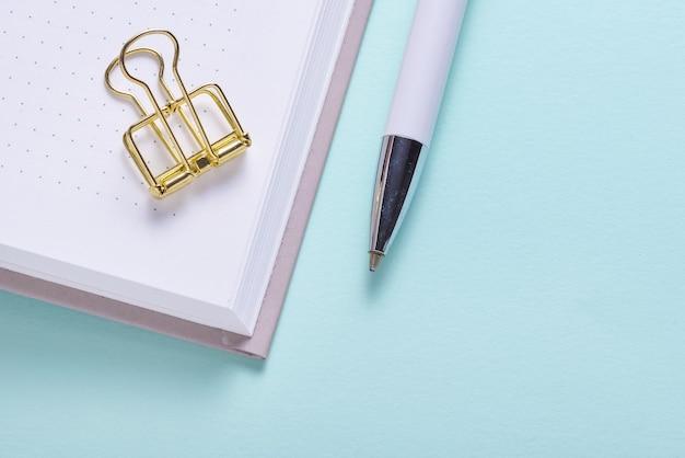 Graffetta dorata e matita sul taccuino dell'organizzatore del calendario