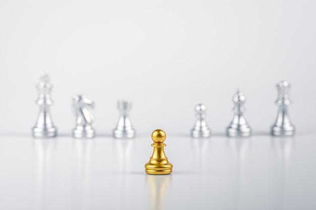 Gli scacchi dorati in piedi incontrano nemici. - concetto di leadership.