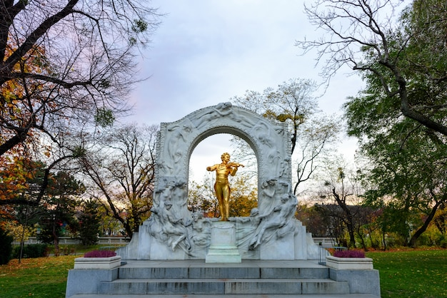 La statua placcata in oro del compositore di musica johann strauss