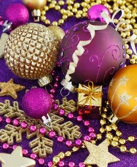 Decorazioni natalizie e palline dorate e viola