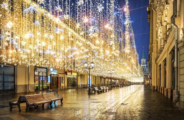 Pioggia dorata di decorazioni natalizie che pendono dal cielo