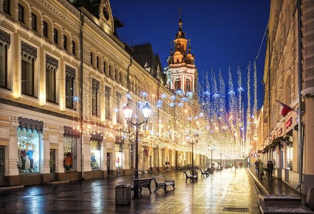 Pioggia dorata di decorazioni natalizie sulla via nikolskaya a mosca