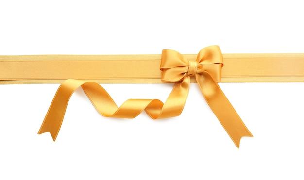 Nastro dorato con fiocco su sfondo bianco