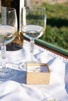 Anello d'oro e bicchieri da vino come proposta estetica in giardino