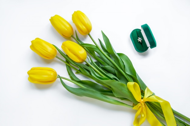 Anello d'oro, tulipani gialli