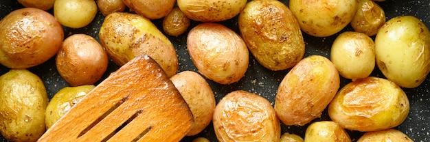 Patate dorate con la buccia
