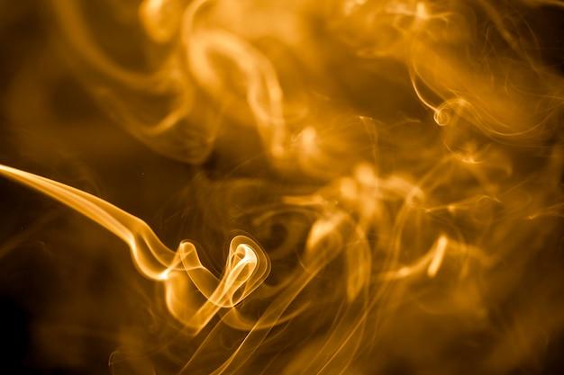 Fumo dorato su sfondo nero.