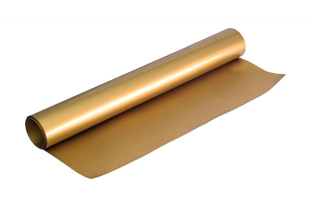 Rotolo dorato dell'autoadesivo isolato su fondo bianco. foglio di materiale.