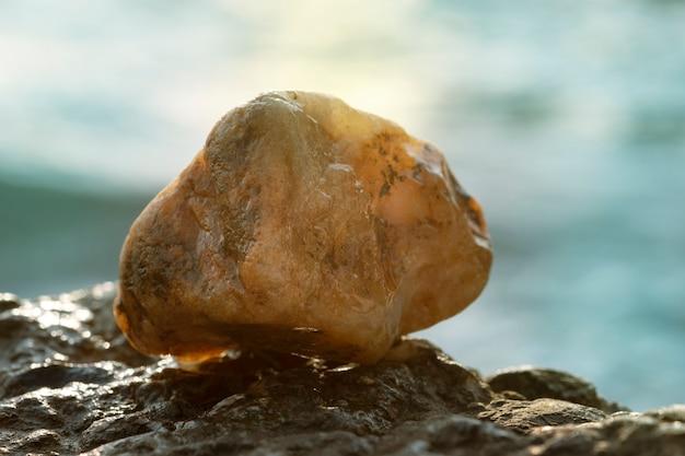 Pietra dorata sullo sfondo di un tramonto sul mare.