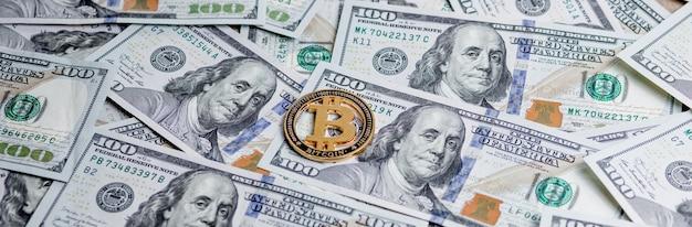 Moneta simbolica dorata bitcoin su banconote da cento dollari scambia contanti bitcoin per dollari criptovaluta su banconote in dollari usa metodo di pagamento moderno digitale
