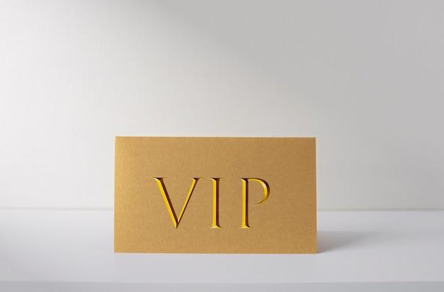 Carta vip dorata sulla scrivania bianca, carta d'identità per persone vip, immagine del concetto di business