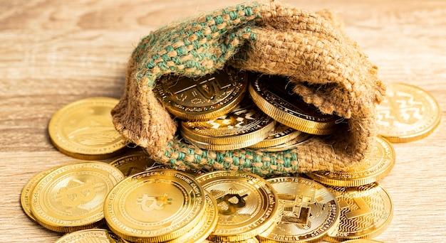 Moneta d'oro in sacco di canapa sulla vista frontale del tavolo marrone e copia spazio