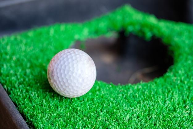 Tazza del foro del bordo della pallina da golf sul prato verde