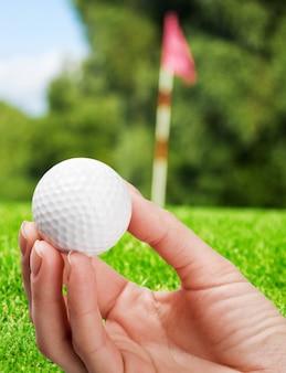Pallina da golf in un campo da golf