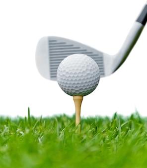 Pallina da golf isolata su priorità bassa bianca. concetto di sport e ricreazione