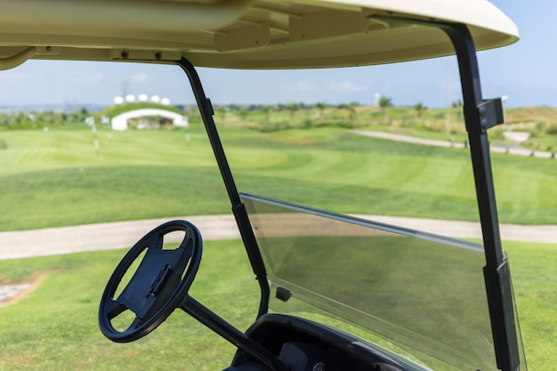 Carrello da golf sul club del corso