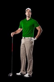 Giocatore di golf in una camicia verde in piedi su uno sfondo nero.