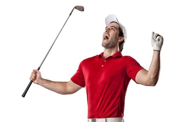 Giocatore di golf in una camicia rossa che celebra, su uno spazio bianco.
