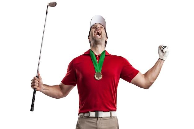Giocatore di golf in una camicia rossa che celebra con una medaglia d'oro, su uno spazio bianco.