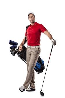 Giocatore di golf in una camicia rossa, in piedi con un sacco di mazze da golf sulla schiena, su uno spazio bianco.