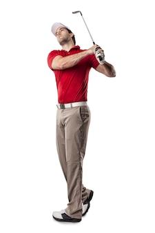 Giocatore di golf in una camicia rossa che fa un'oscillazione, su uno spazio bianco.